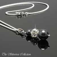 Svarta pärlor & silverkula med kristaller i silverkedja.