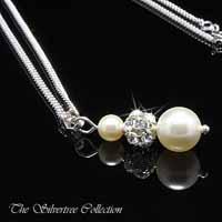 Hänge med vita pärlor och kristaller infattade i en silverkula